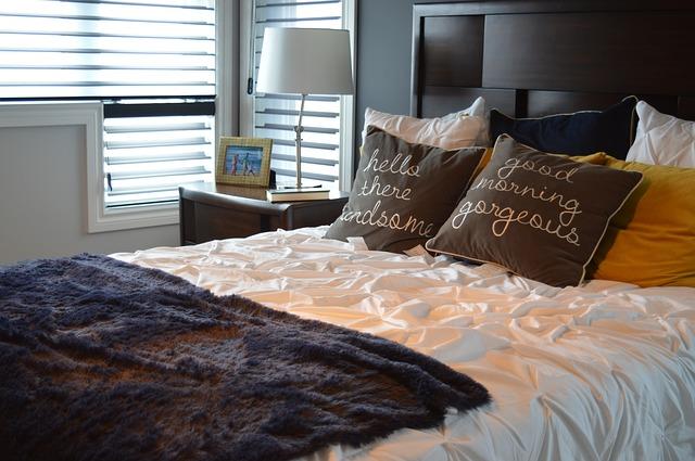 lampa, postel, ložnice
