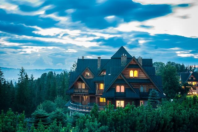 dřevěná chata v lese.jpg