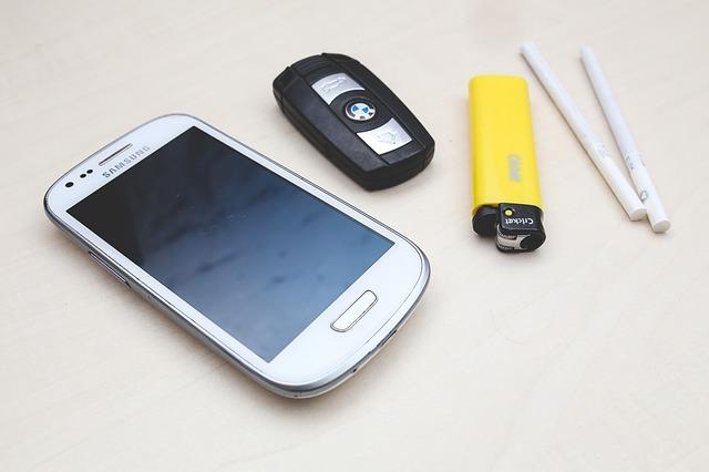 klíč od auta, mobil a cigára