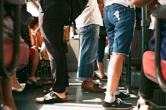 nohy cestujících