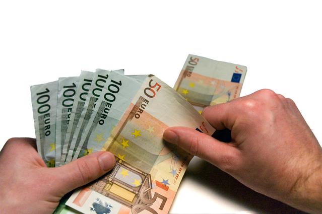 vykládání bankovek na stůl