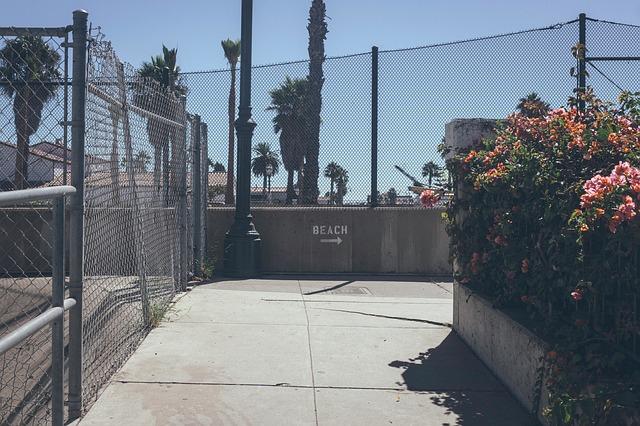 betonový plot s pletivem navrchu