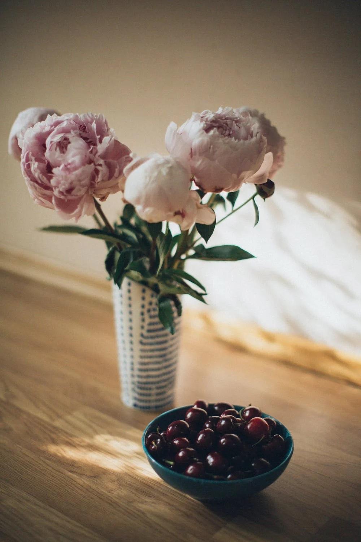 třešně na stole